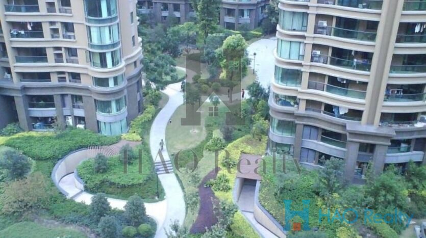 such as Plaza 66 and CITI Square. Most apartments come with modern elegant design concepts. Layouts range from 1 to 4 bedrooms. Residents are have free access to all onsite facilities including an olympic (50m) indoor swimming pool