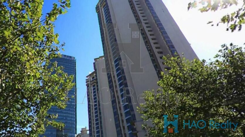 The Summit is a high-end apartment complex in perfect location: to be found at the crossroads of Middle Wulumuqi Road and Anfu Road