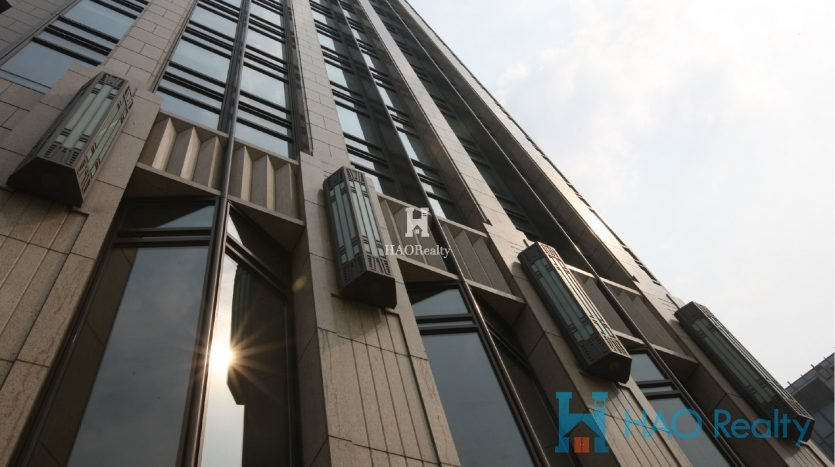 adjacent to Taipingqiao Lake. It opened in 2006 and has 17 residential high-rises