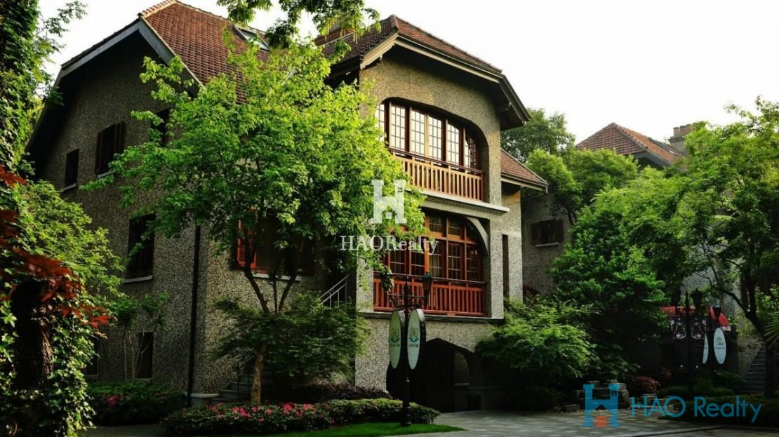 Sinan Mansion compound is found between a gorgeous historic area and a bustling commercial center. The area around Sinan Road is famous for its well-preserved and historic homes. At the same time