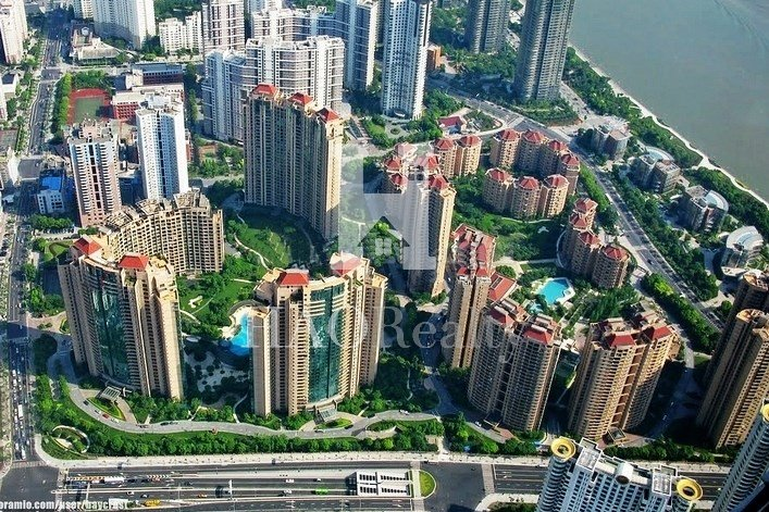 where units features a large variety of layouts. The compound features a beautiful garden and one of the most complete sets of onsite facilities in Shanghai. Yanlord Garden consists of 3 different phases and offers more than 1900 units. There are 3 phases in the compound. Phase 1 was completed in 2002