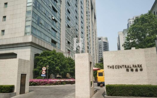 next to Huaihai Park and near Time Square shopping mall. It consists of two 29-storey buildings and one 18-storey building. Apartment here are spacious and come with luxury decoration and private lift. Residents can access a small onsite clubhousewith gym and pool. Shanghai Xintiandi Central Park