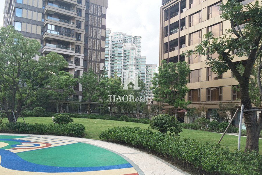 new complex with units designed by renowned interior designer Steve Leung. Residents who choose the Grand Summit are seeking to enjoy the finer things in life. The compound's onsite facilities are state-of-the-art. Highly professional attentive 24-h management & service make sure you will have a perfect time living here. Shanghai Jing'an Temple Grand Summit