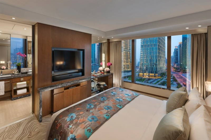 Mandarin Oriental Service Apartment Pudong bedroom with vity view